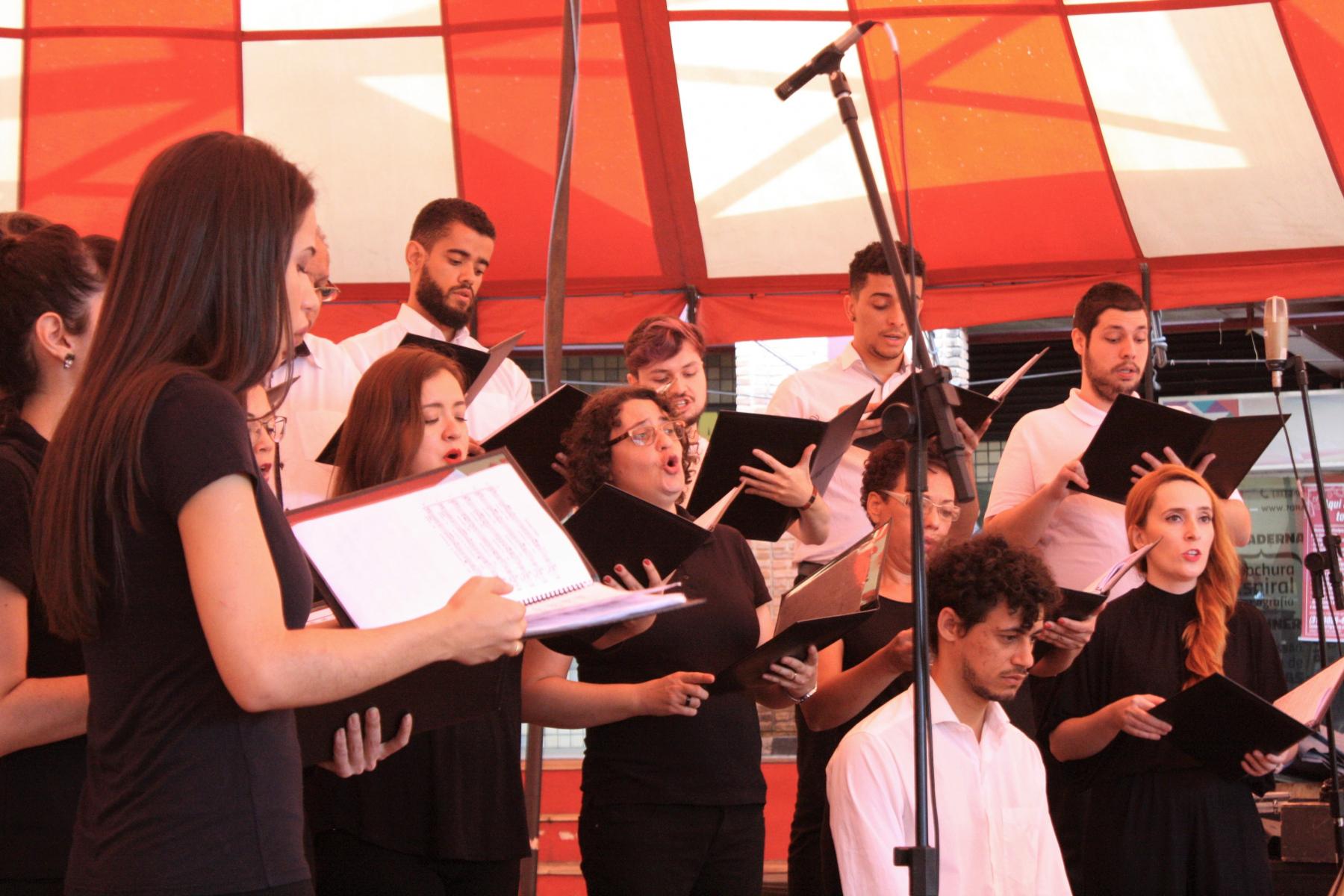 """Concerto """"O coro é pop!"""", parte do projeto Quarta Doze e Trinta, no dia 28 de agosto de 2019, na Praça de Serviços da UFMG, sob regência do maestro Lincoln Andrade.  Foto: Beatriz Cordeiro"""